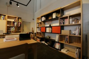 Kancelársky nábytok s množstvom poličiek