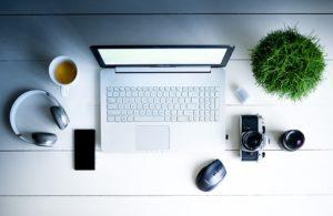 Bílý pracovní stůl