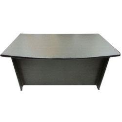 Pracovní stůl z různého typu dřeva