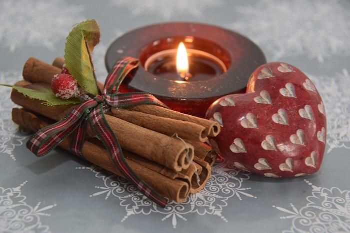 Vianočné sviečky v rôznych farbách